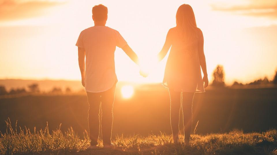 Mand og kvinde i solnedgang