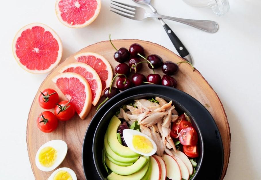 tallerken med sund mad, salat, frugt, kogt æg
