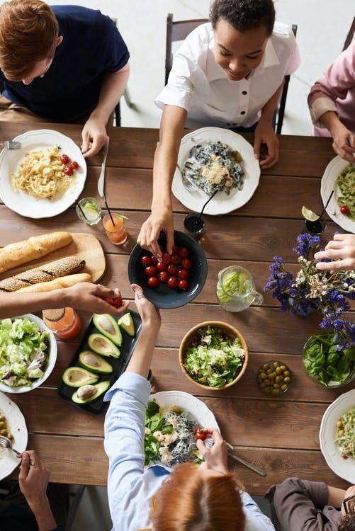 Mennesker rundt om et bord