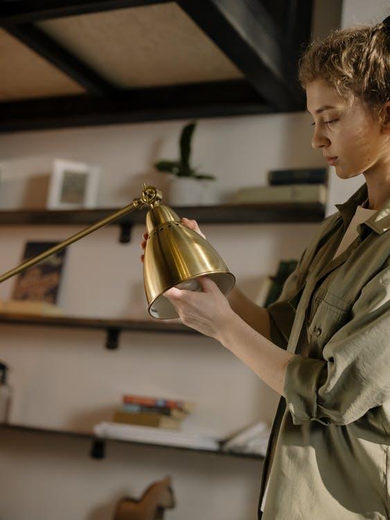 kvinde skifter elpaere på lampe