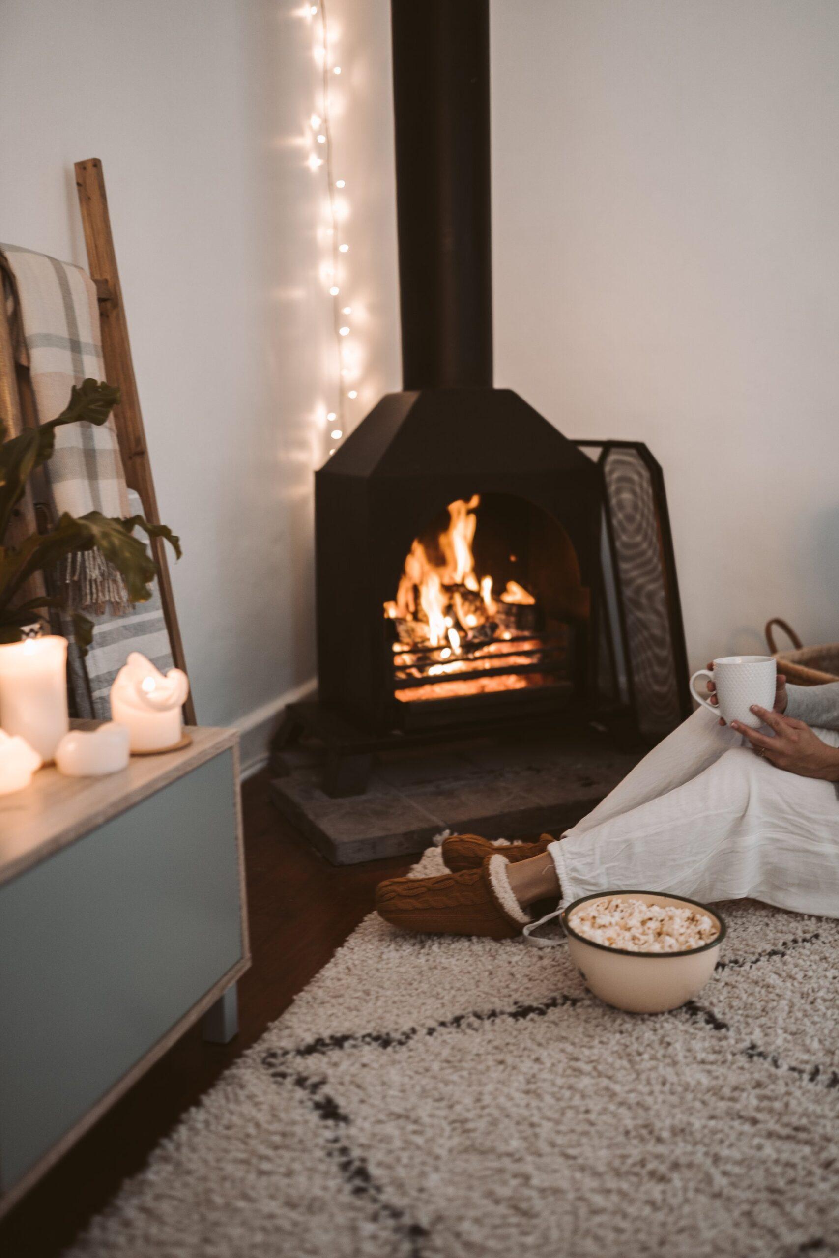 hyggelig stue med pejs