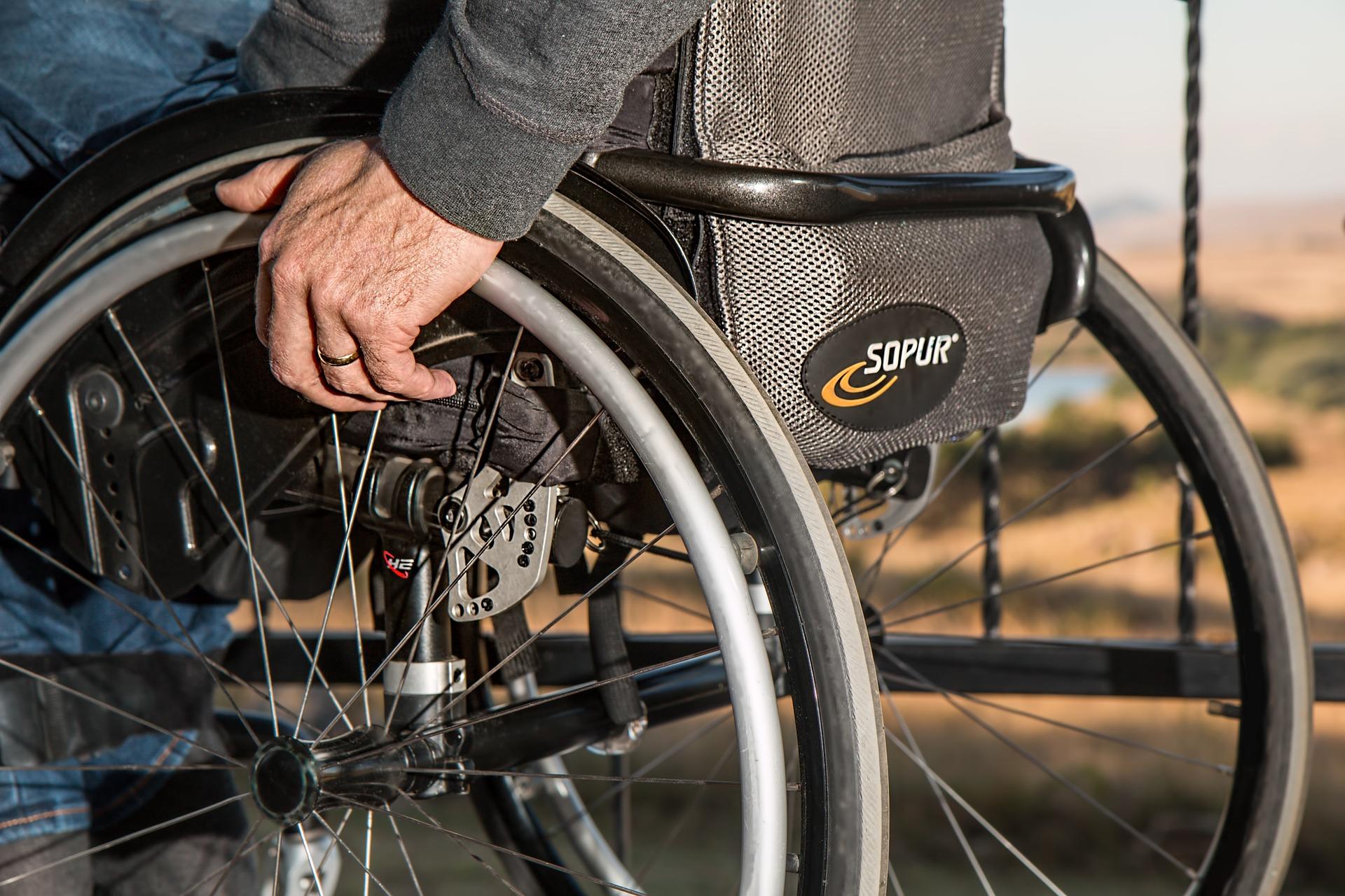 mand i kørestol