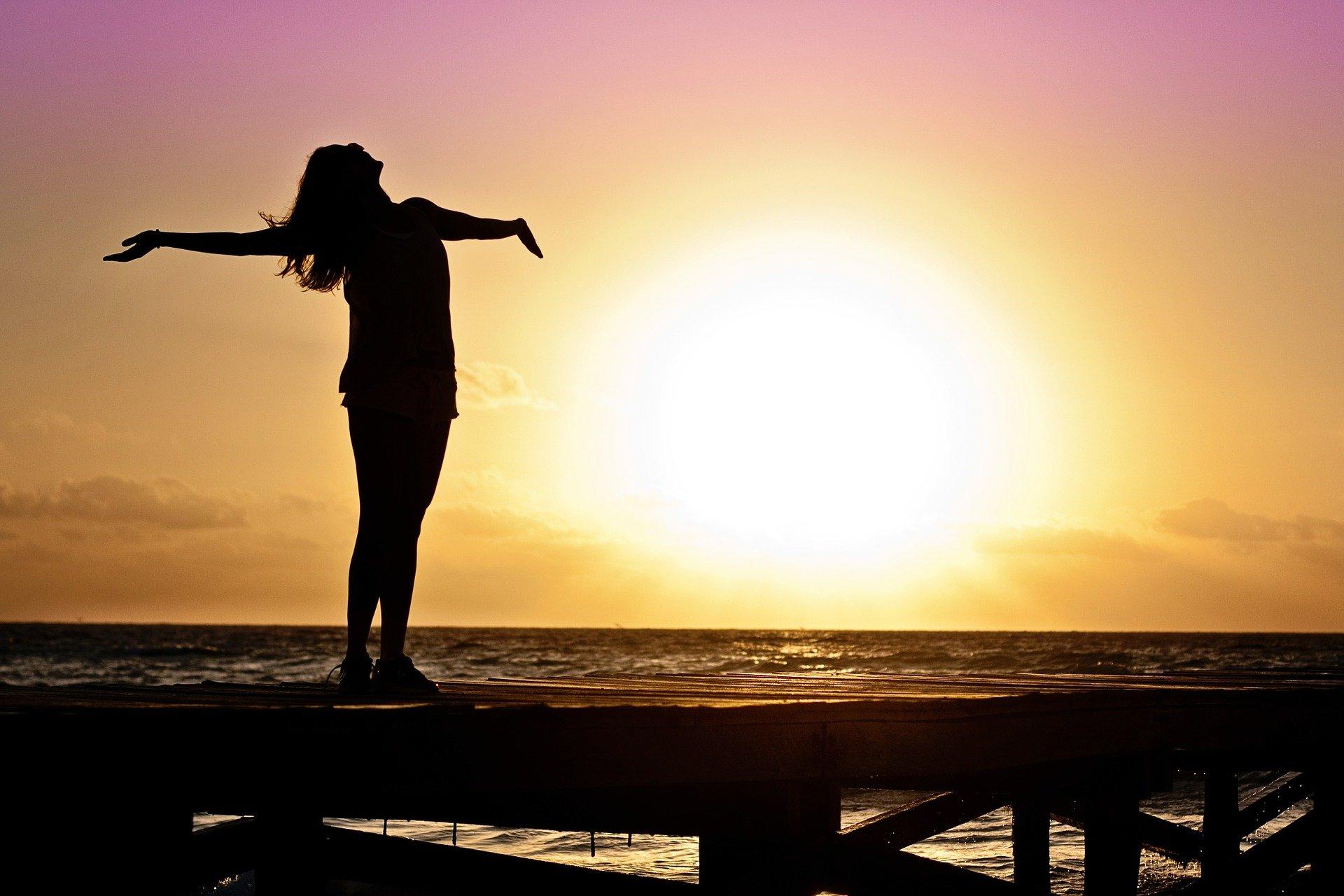 glad kvinde ved solopgang