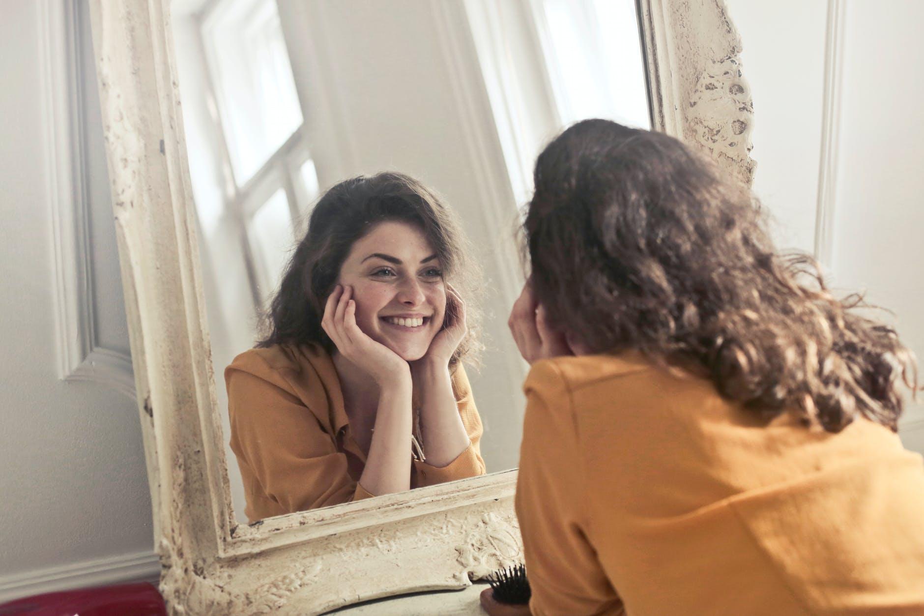 kvinde kigger i spejl